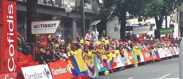 Ciclistas colombianos que participan en la vuelta España fueron recibidos en las calles de Bilbao por el Consulado de Colombia